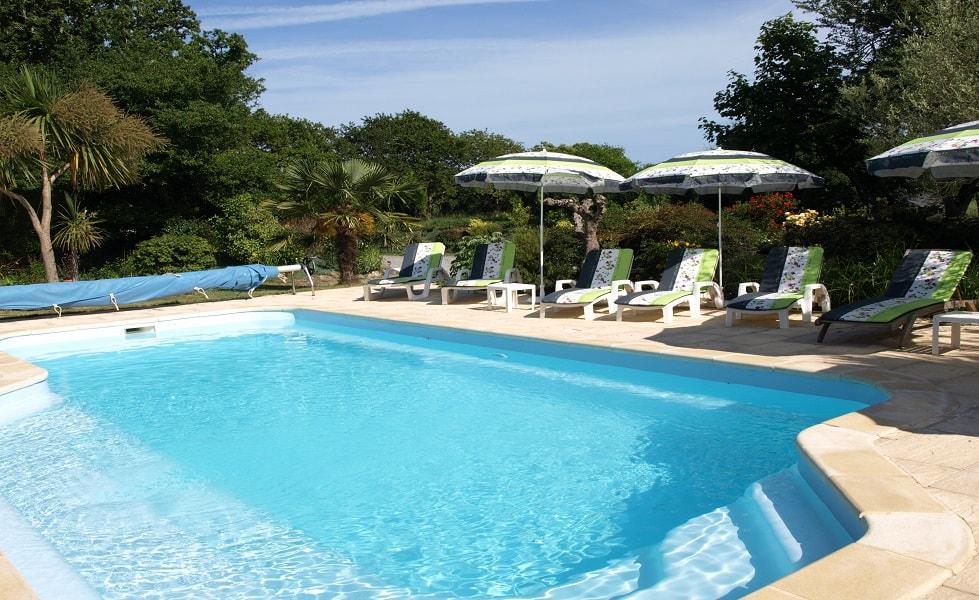 piscine et parasols au Chêne de Nevez